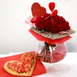 Por San Valentín Corazón de Fresones con Jarrón de Flores Rojas Flores Navarro
