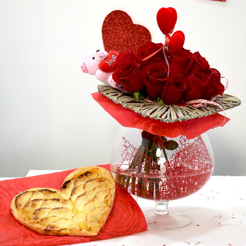 Por San Valentín Corazón de Manzana con Jarrón de Rosas Rojas Flores Navarro