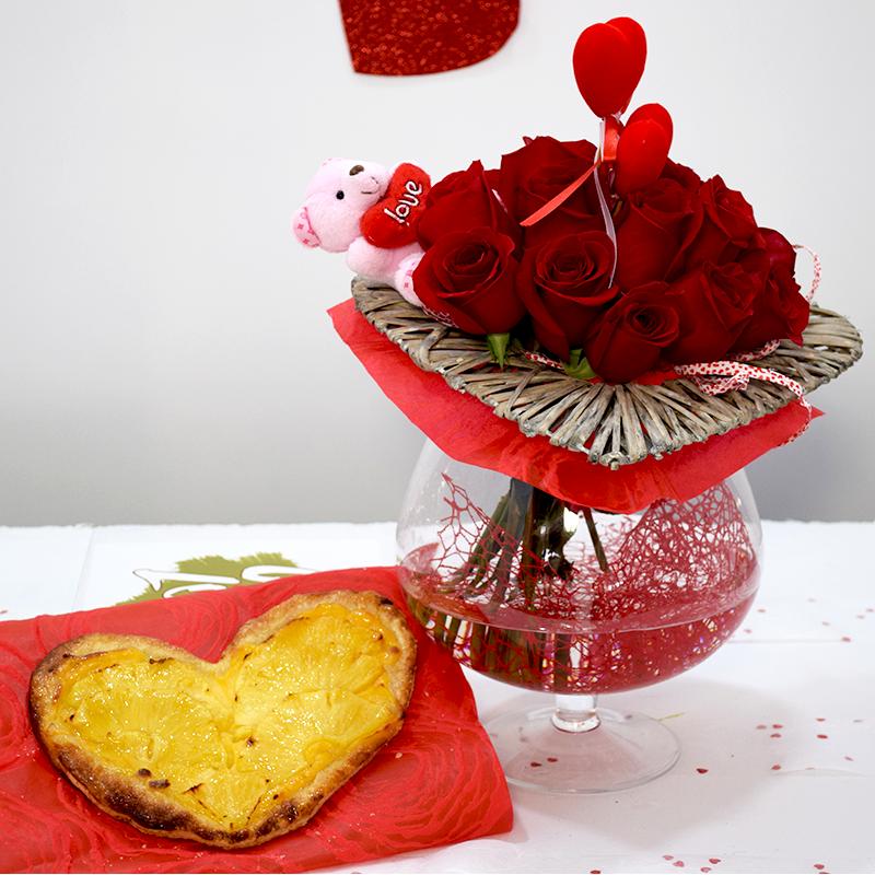 Por San Valentín Corazón de Piña con Jarrón de Flores Rojas Flores Navarro