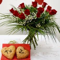 Por San Valentín 2 Corazones de Hojaldre con Ramo de Rosas Rojas Flores Navarro